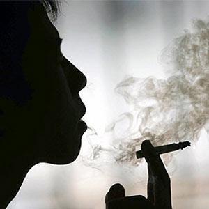 Una tabacalera reparte cigarrillos gratis en gasolineras