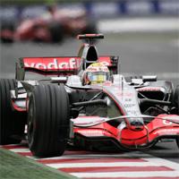 Vodafone cede a un cliente su espacio en los coches de Button y Hamilton