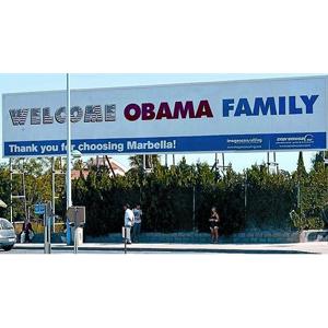 Marbella recibe a los Obama con una enorme valla publicitaria