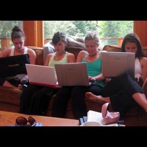Las mujeres dedican un 30% más de tiempo a las redes sociales que los hombres