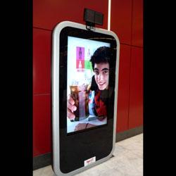 Coca-Cola España, pionera en utilizar mupis con audio