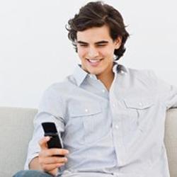 Los hombres jóvenes buscan el amor a través de sus móviles