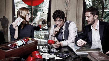 Benicio del Toro seduce desde las páginas del calendario Campari 2011