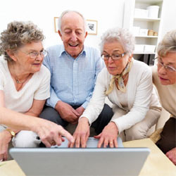 Los ancianos usan WhatsApp y Facebook para integrarse en la era digital y conectarse con sus nietos