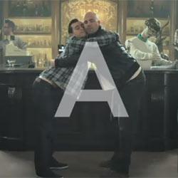 Guinness da clases de abrazos para hombres en un divertido spot
