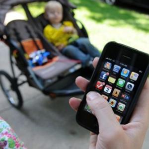Las madres utilizan su smartphone más de seis horas al día