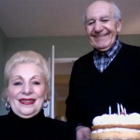 Dos abuelos, un Mac, y la espera de una foto, nuevo éxito viral