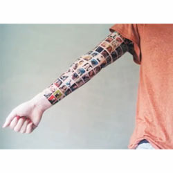 Una mujer se tatúa en el brazo las fotos de sus 152 amigos en Facebook