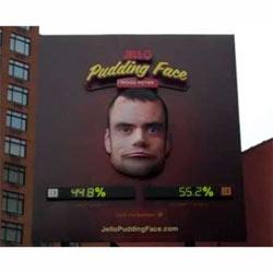 A las vallas publicitarias también les cambia el humor