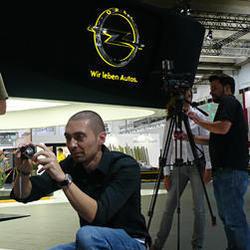 Opel ficha a dos de sus fans en Facebook como