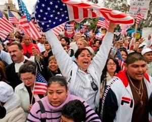Para llegar a los votantes latinos, olvídese de la inmigración y haga anuncios en español