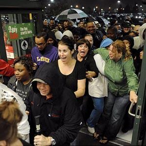 Los compradores del 'Black Friday' salen a medianoche a la caza de ofertas