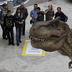 Un dinosaurio suelto en un centro comercial con National Geographic y Appshaker