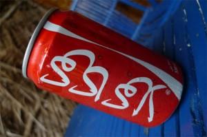 Un viaje por el mundo a través de 70 envases de Coca-Cola