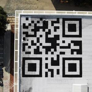 Facebook pinta un código QR gigante pero inútil en la azotea de sus oficinas