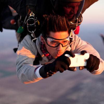 HTC estrena campaña global realizada en caída libre