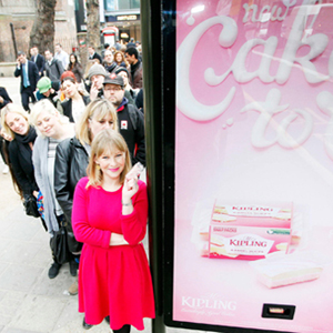 ¿Colas junto a un mupi de publicidad? Si dan tartas gratis, todos vamos a acercarnos