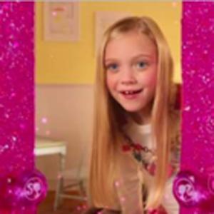 Barbie abre las puertas de su armario rosa a las niñas