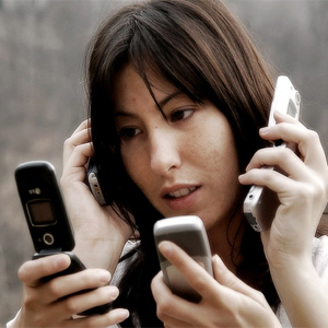 Una persona consulta su teléfono móvil una media de 34 veces al día