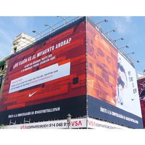 Nike despliega una lona interactiva en la Puerta del Sol con los jugadores de la selección