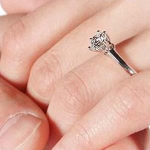 El 49% de las madres casadas renunciaría a su anillo de compromiso antes que a su tecnología personal, según McCann