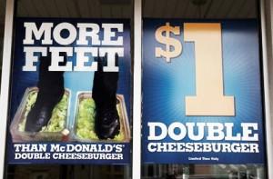 Burger King, en el foco de la polémica por la imagen de un empleado pisando la lechuga de sus hamburguesas