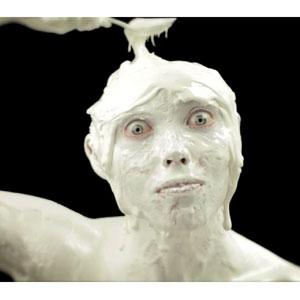 ¿Probaría un helado que se anuncia con un hombre recubierto de él y comiéndose a sí mismo?