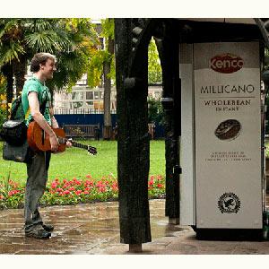 "Una máquina muy ""mandona"" da café gratis a los viandantes si éstos cumplen sus órdenes"