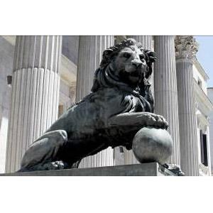 HISTORIA, con el león del Congreso que carece de saco escrotal