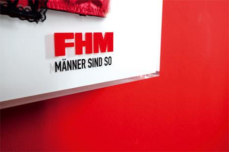 """La revista """"FHM"""" crea un original calendario que enseña a los hombres a abrochar y desabrochar sujetadores"""