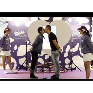 Milka celebró San Valentín con un karaoke de besos