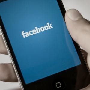 Facebook bloqueó la versión web para empleados y recordarles así que la prioridad ahora es el móvil