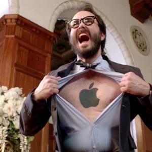 """Microsoft a los fans de Apple y Samsung en su último spot: ¡Dejad de pelear, """"imbéciles""""!"""