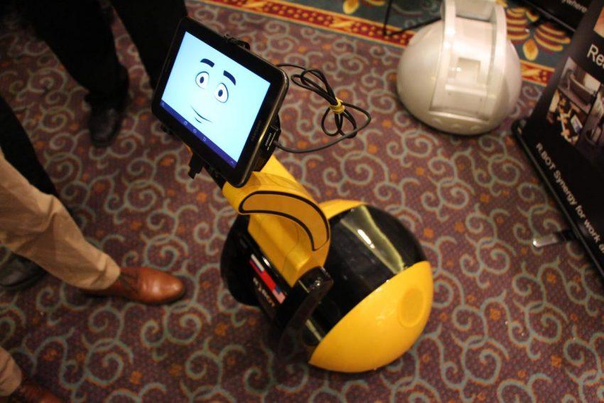 Llega R.bot, un robot con cara de smartphone