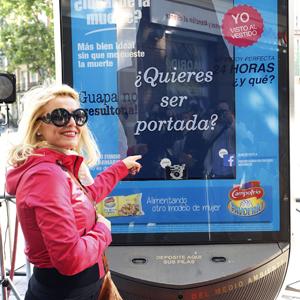 Numerosas mujeres posan en la calle reivindicando una nueva forma de ver a la mujer