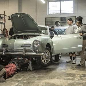 Unos estudiantes crean el primer coche del mundo que sustituye la gasolina por el