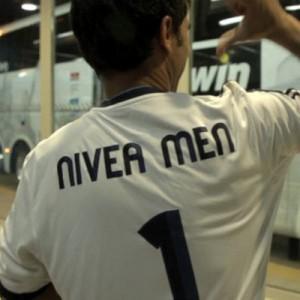 El autobús del Real Madrid sorprende a unos trabajadores en la nueva campaña de Nivea Men