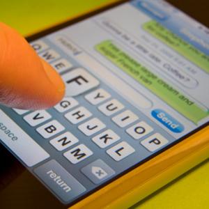 WhatsApp y Line han hecho que los jóvenes se olviden de llamar por teléfono para quedar