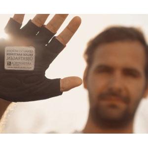 Una acción publicitaria nos insta a no chocar las manos para no traspasar bacterias