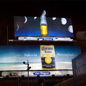 Corona transforma la luna en una rodaja de lima en una sorprendente valla publicitaria