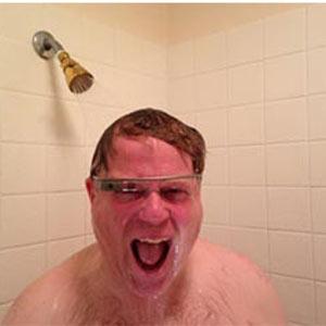 ¿Qué pensaría si entrara en el baño una persona usando las Google Glass?