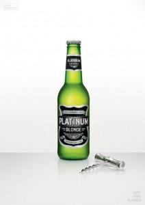 Una marca de cerveza se vanagloria en una nueva campaña de ser rubia y muy