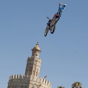 Dany Torres vuela sobre Sevilla, su ciudad natal, de la mano de Red Bull