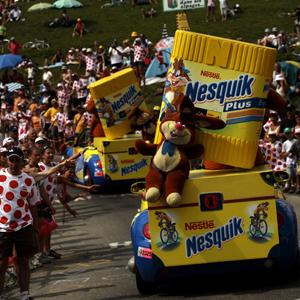 La caravana publicitaria, seña de identidad del Tour de Francia