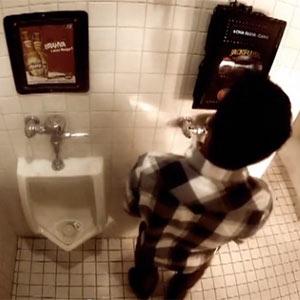 Una marca de cerveza premia a los hombres que tiran de la cadena tras desahogarse en el baño