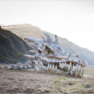 ¿Una enorme cabeza de dragón en medio de la playa? Así es la última acción de HBO para