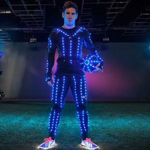 Adidas cubre a Lionel Messi de cientos de luces de LED para su último vídeo promocional