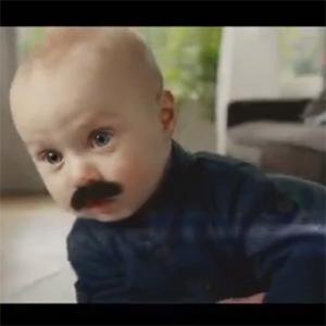 Un extraño bebé con bigote protagoniza el spot de la nueva aspiradora de Samsung