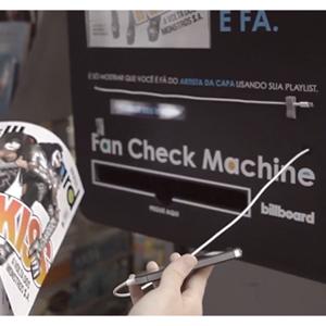 Una máquina de verificación de fans regala un ejemplar de la revista 'Billboard' a los amantes de la música