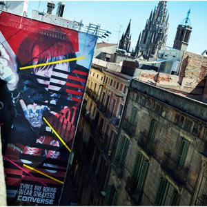 Un cartel de 150 m2 de Converse decora las calles de Barcelona, ¿el tamaño sí importa?